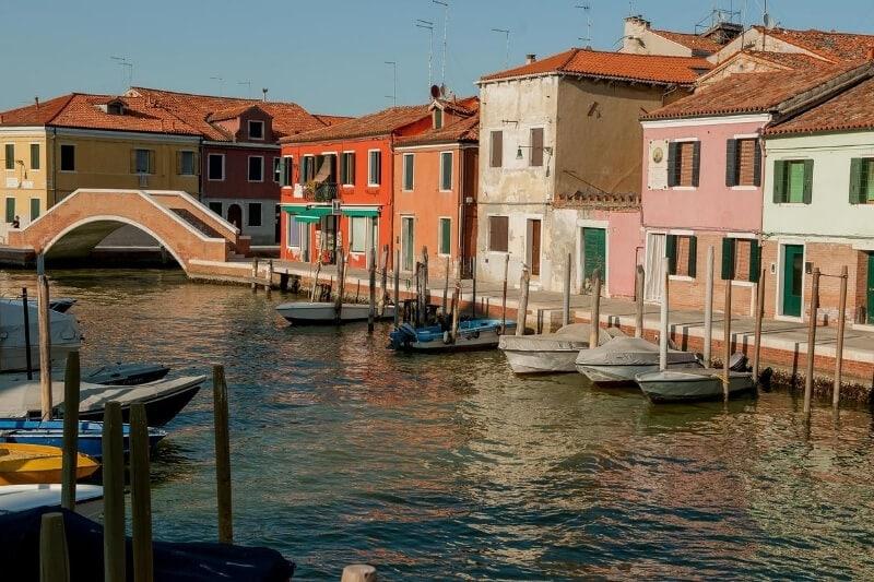 Spalvingi namai Murane, gražioje Italijos saloje, garsėjančioje rankdarbių dirbtuvėmis.