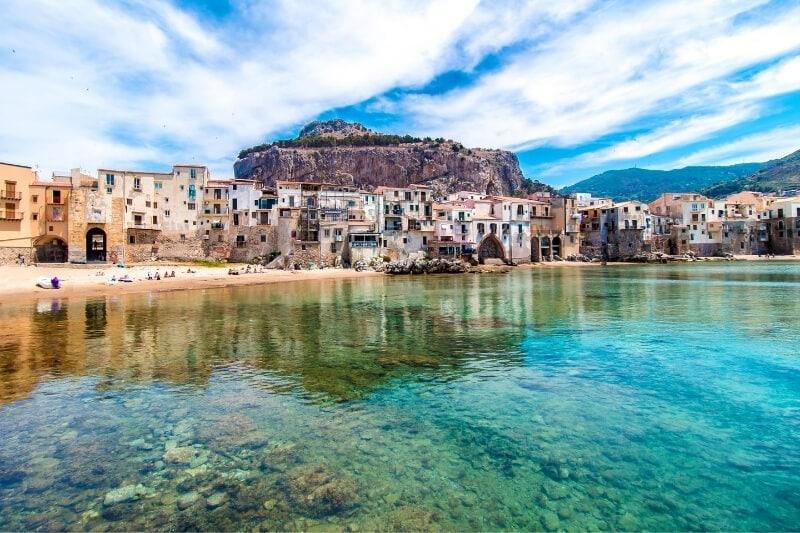 Krištolo skaidrumo vandenys Cefalu Italijos Sicilijos saloje.
