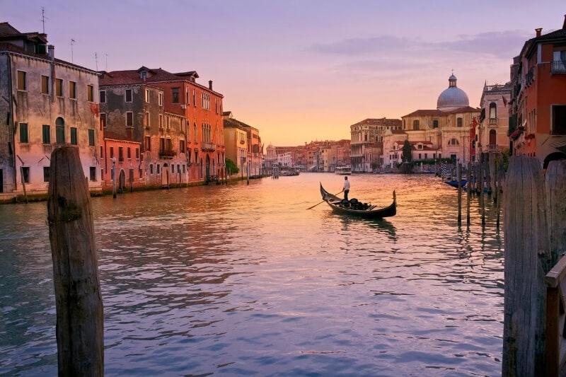 Saulėlydis Venecijos mariose.